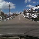 Gebirgspassstraße zwischen Schneefeldern