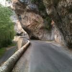 Straße durch eine felsige Schlucht mit überhängenden Felsen