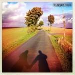 Schatten zweier Menschen auf Straße