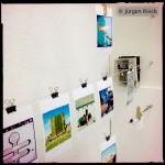 Polaroidfotos vor Technikkasten