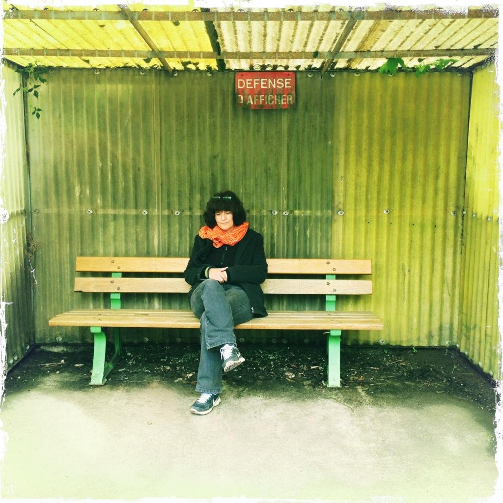 Mensch SoSo auf Ruhebank in Bushäuschen in Meisenthal Lothringen
