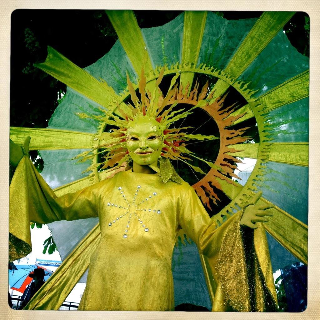 Sonne drei Meter hoch auf Stelzen beim Straßentheater in Zweibrücken