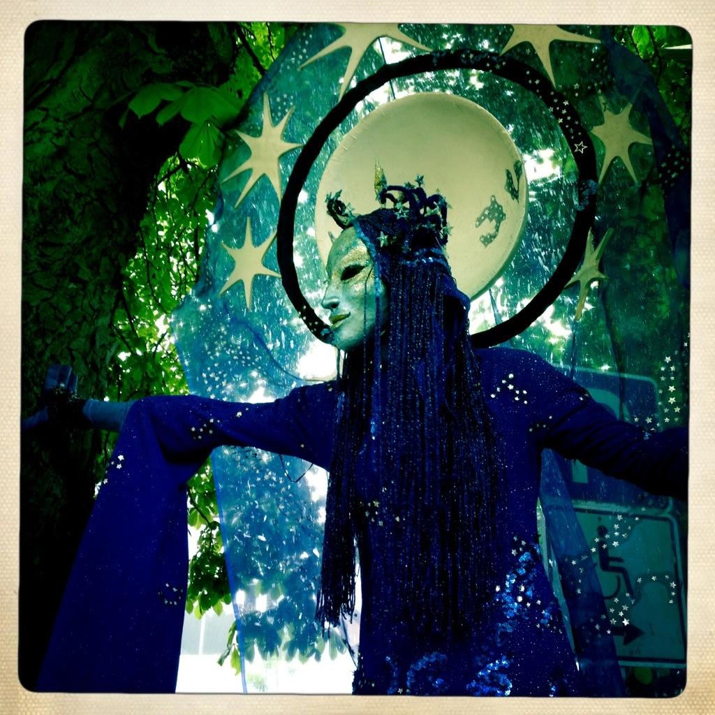 Die Nacht symbolisiert als drei Meter hohe Straßentheaterfigur