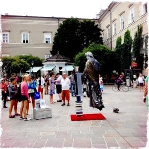 Schwebender Mozart lebende Statue in Salzburg