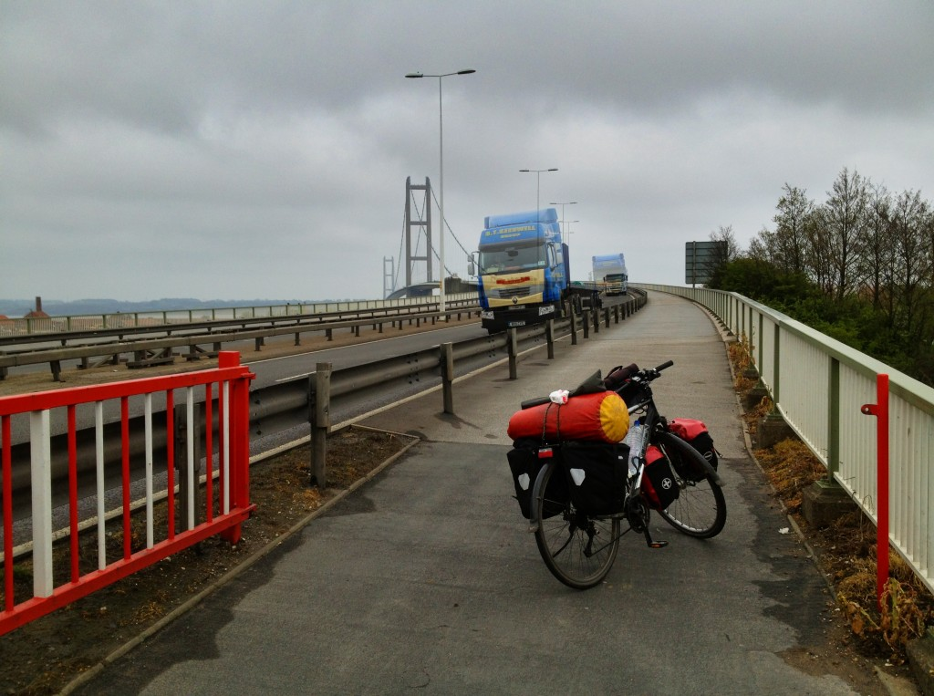 Bepacktes Reisefahrrad auf dem Radweg der Humberbridge, LKW im Gegenverkehr, stark bewölkt