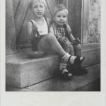 Zwei etwa vierjährige Knider sitzen auf einer Treppe