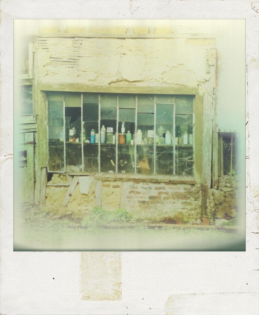 Werkstattfenster an alter Hauswand, Polaroidstil