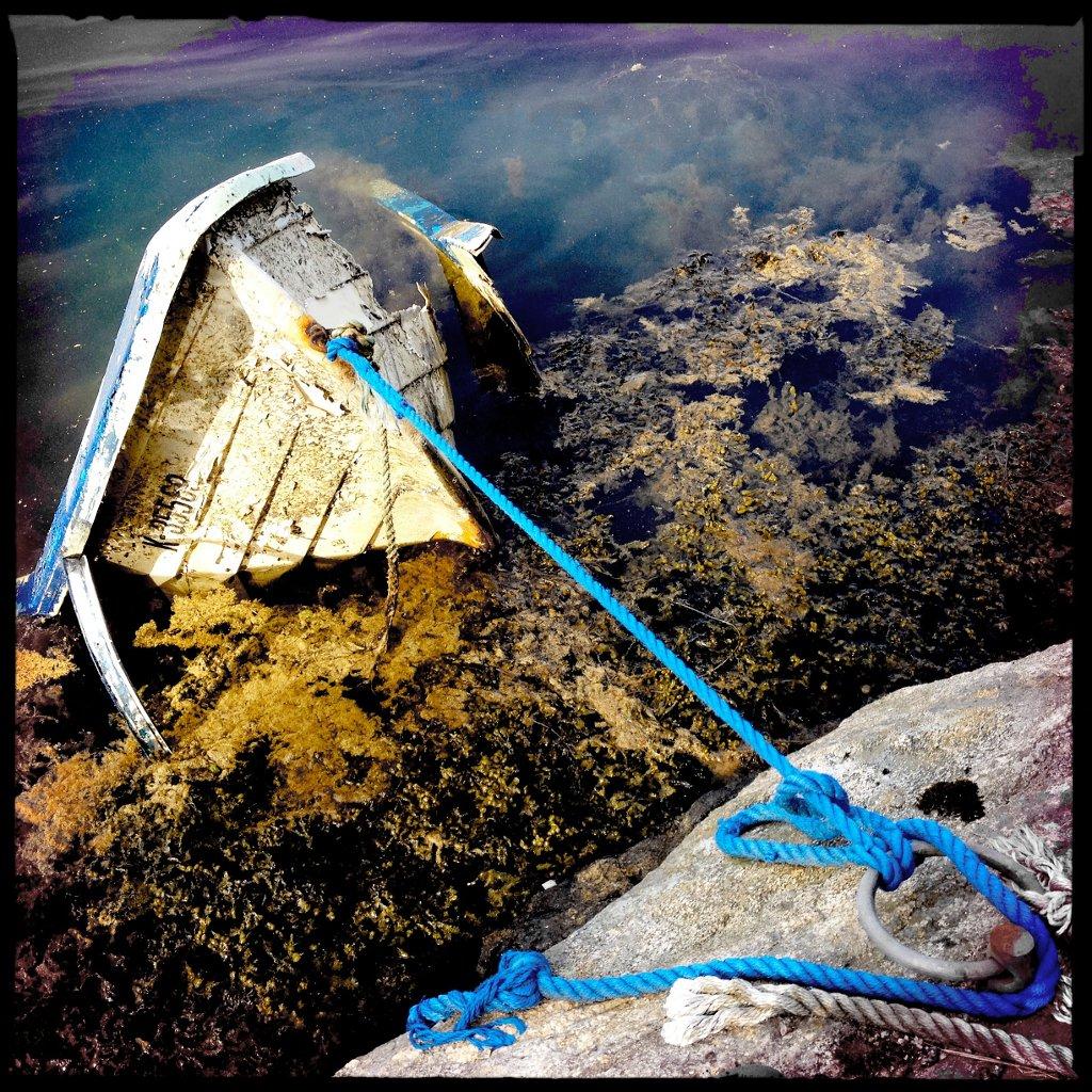 Bootswrack halbgesunken und vertäut