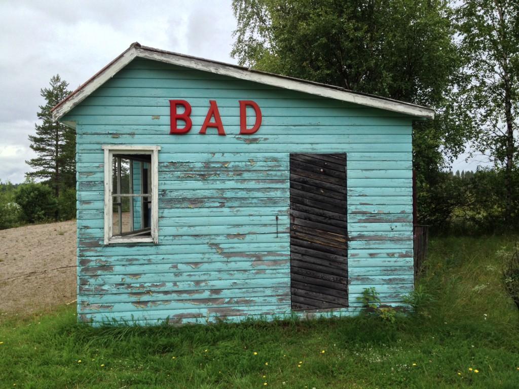 In diesem Bad in Ruskträsk waren wir schon 1995, von Mücken umschwirrt. Es scheint sich kaum verändert zu haben. Im Dorf gibt es noch ein altes Haus, in dem mal ein Lanthandel war, ein kleines Lebensmittelgeschäft. Für immer zu. Ich weiß nicht, ob es auch vor zwanzig Jahren schon aufgegeben war.