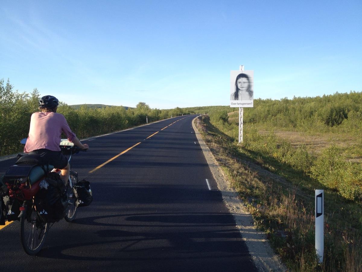 Mitradler Tim auf dem Weg nach Kautokeino radelnd. Straßenbild