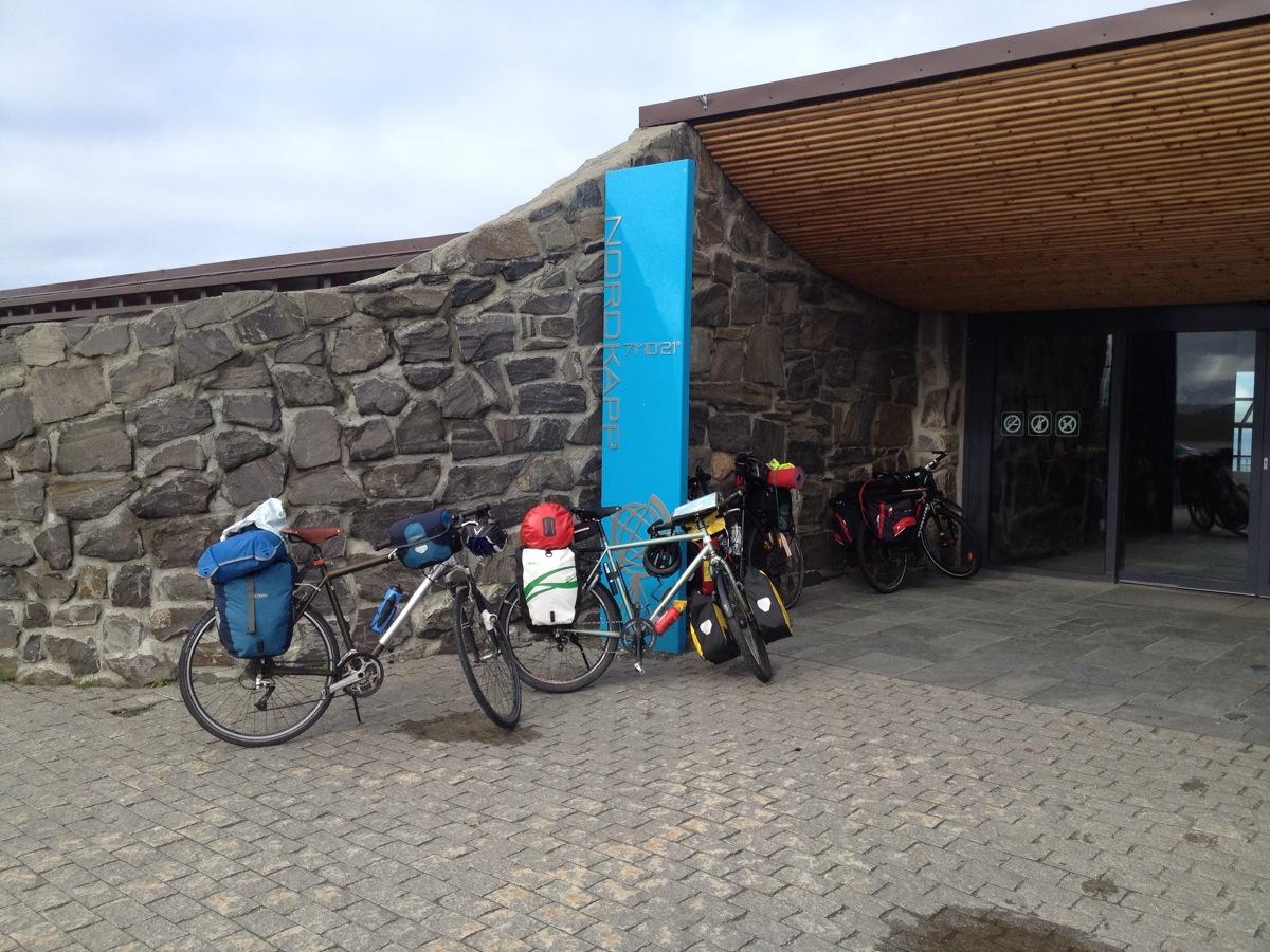 Fahrräder vor dem Eingang des Nordkapcenters