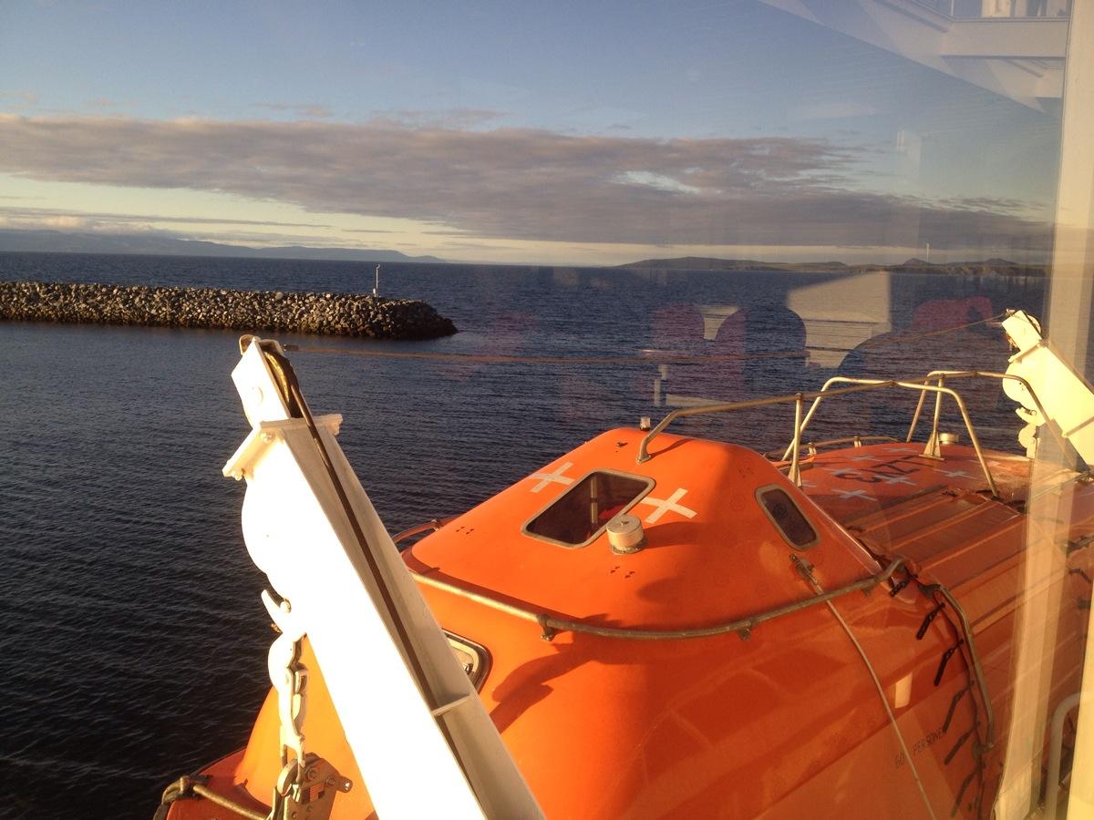 Blick aufs Meer über die orangenen Rettungsboote des Hurtigrutenschiffs Vesterålen