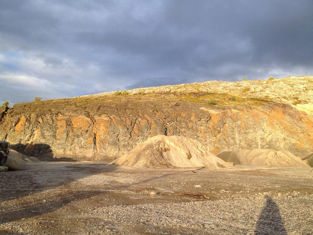 Graublau-wolkiger Abendhimmel vor steiniger, sonnenbeschienener Düne | lange Schatten