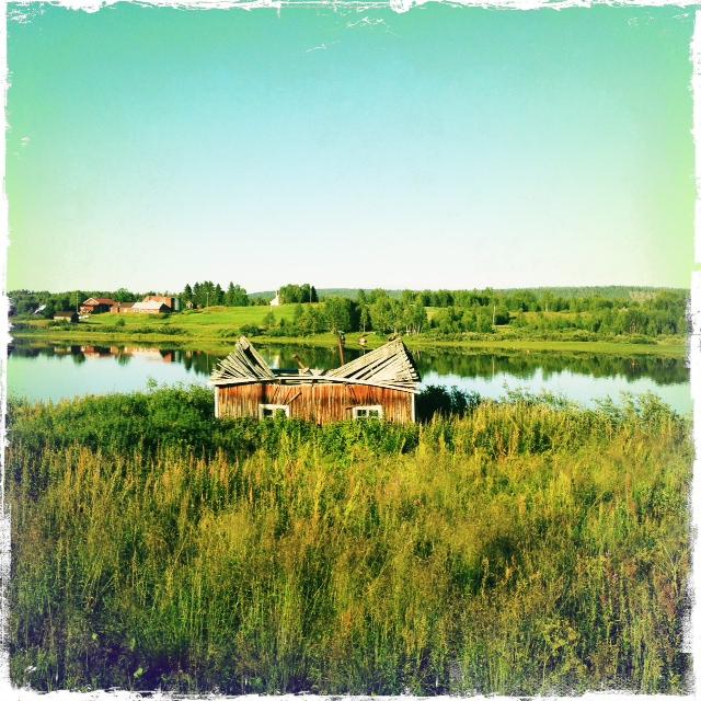 Ein eingestürztes Häuschen am Torneälven. Blick Richtung finnische Flussseite.