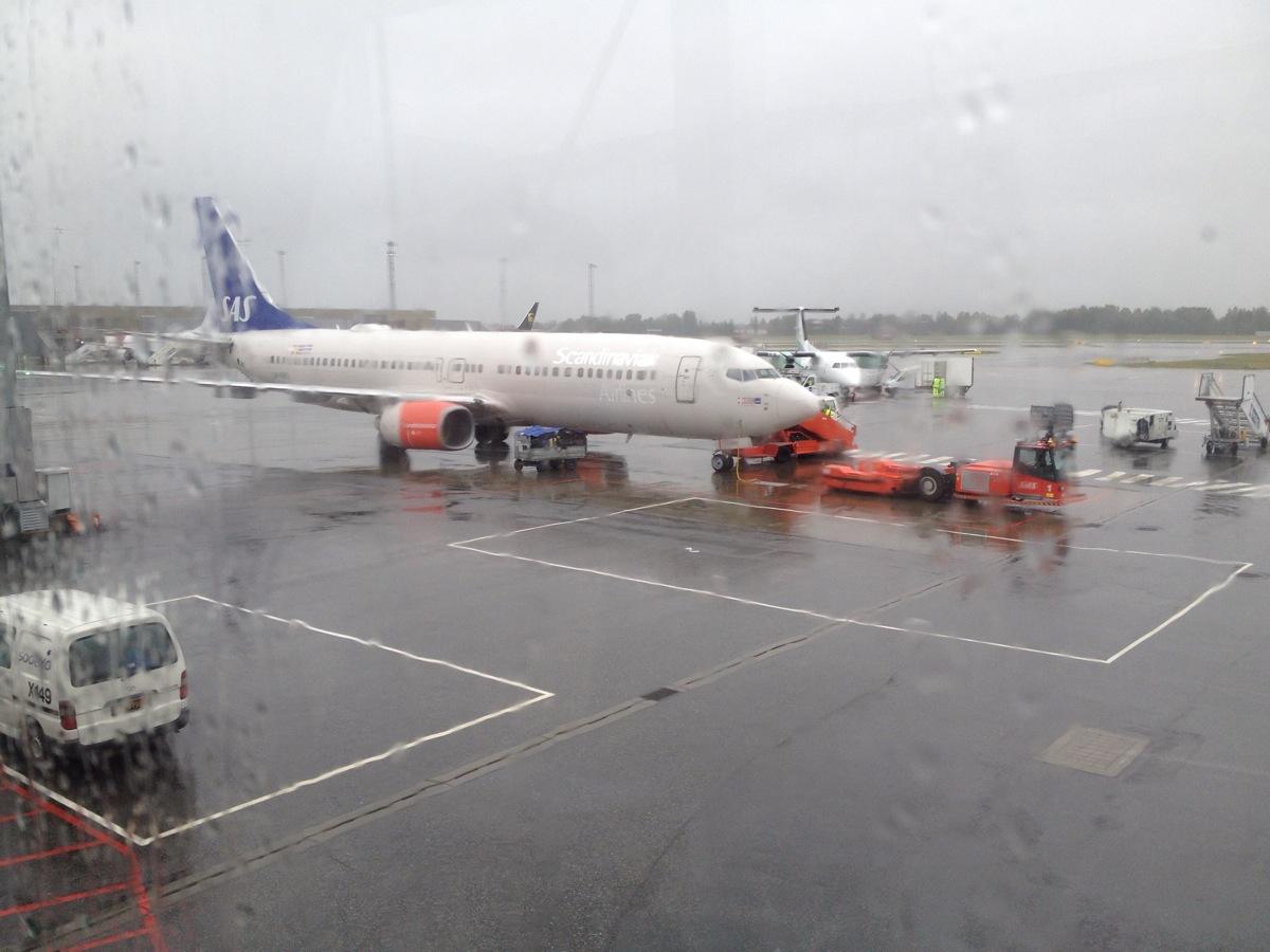 Blick aus dem Fenster des Wartebereichs im Flughafen Oslo Gardermoen. eine Passagierflugzeug  hält am Terminal 40
