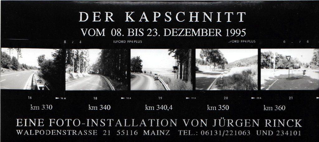 Einladungskarte schwarz-weiß mit Datum und Text zur Ausstellung Kapschnitt und Kontaktabzügen von fünf Straßenfotos