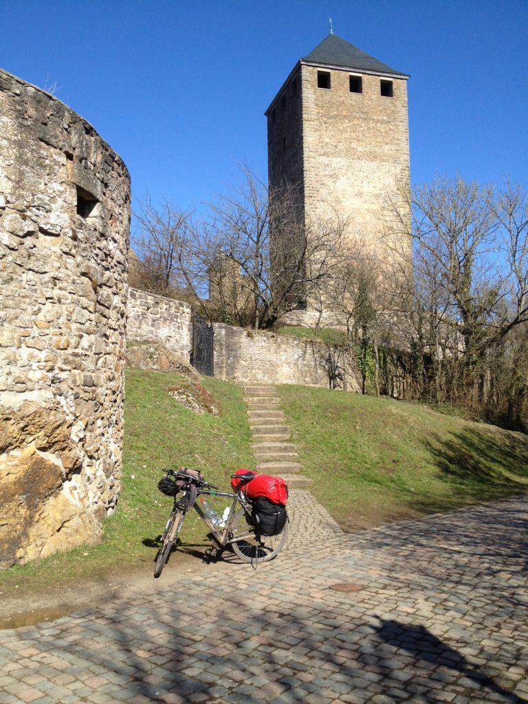 Auf der Burg Thallichtenberg bei Kusel. Eine fast einen halben Kilometer lange Festung, in der sich eine Jugendherberge befindet.