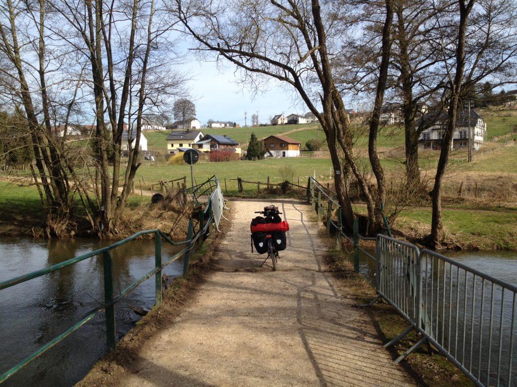 Zahlreiche Ourbrücken sind zu überqueren bis der Radweg nach Bleialf abzweigt. Unbemerkt überquert man die Grenze im Fluss.