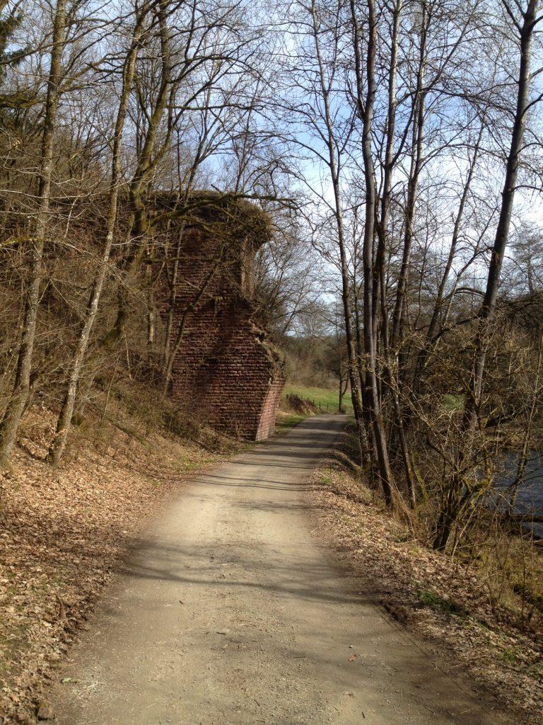 Alte Eisenbahnbrückenruine über die Our, den Grenzfluss zwischen Rheinland-Pfalz und Belgien