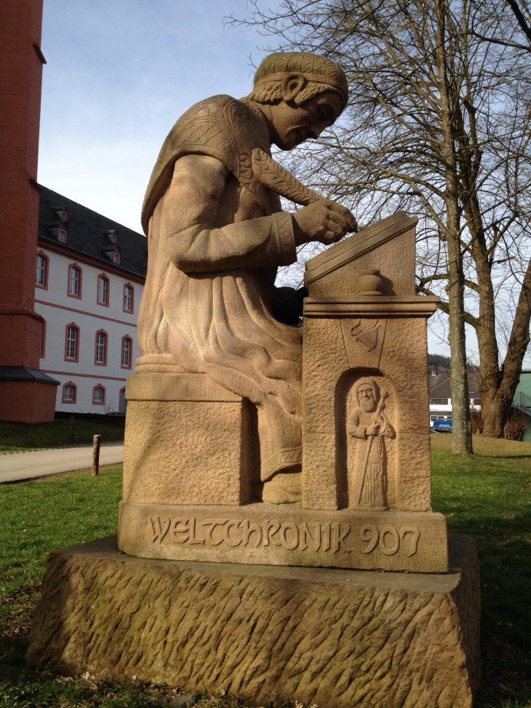 Abt Reginald schreibt die Weltchronik in Prüm.
