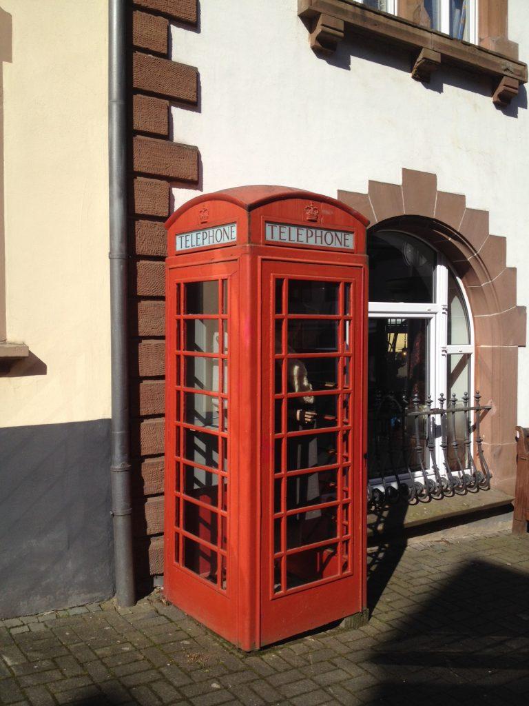 Englische Telefonzelle in der Eifelkrimi-Stadt Hillesheim