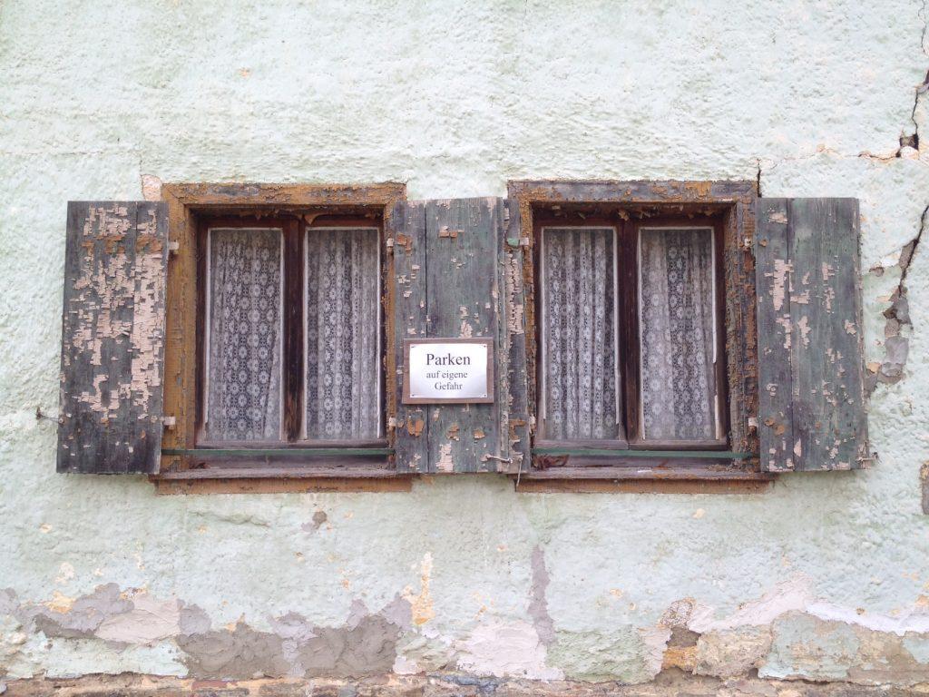 Fenster eines uralten Häuschens im Aartal.
