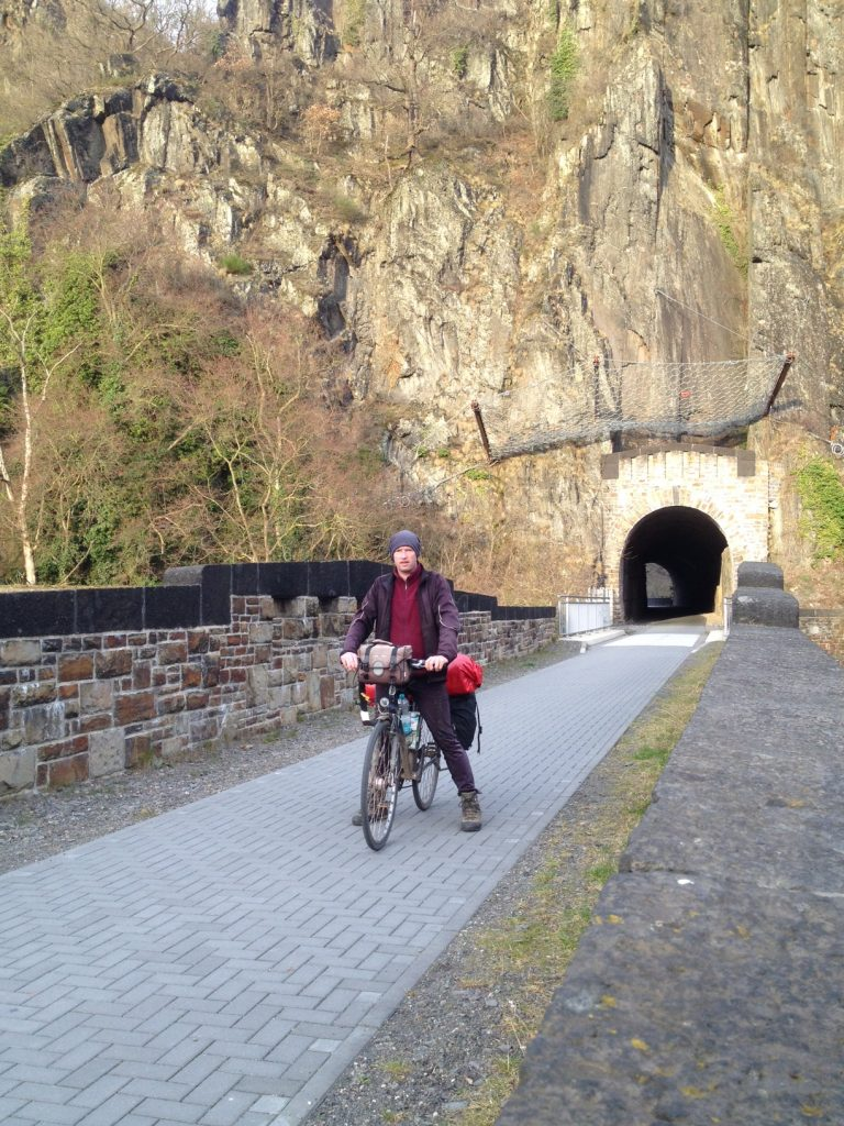 Ab Altenahr führt der Radweg neben der noch aktiven Ahrtalbahn. Er hat eigene Tunnel.