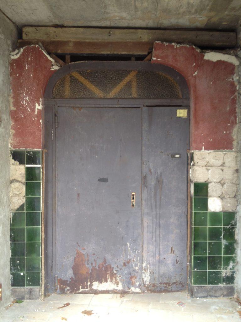 Eingang einer ehemaligen Discothek in Erpel. Das Haus im Ortszentrum zerfällt.