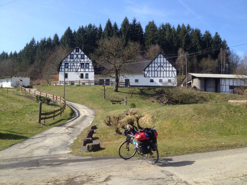 """Die Mitte der Radroute ums Land - von Zweibrücken gesehen - könnte beim Hofgut Wippe liegen. Unweit des nördlichsten Punkts der Rheinland-Pfalz Radroute bei Friesenhagen. Ich könnte mir an der Stelle - ein bisschen selbstherrlich, ich gebe es zu - einen Gedenkstein vorstellen, auf dem Pfeile nach links und rechts zeigen mit der Aufschrift """"Zweibrücken 520 Kilometer""""."""