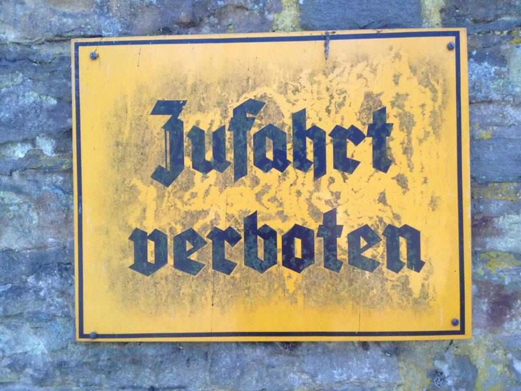 Vorm Wasserschloss Crottorf hängt dieses Schild. Aber man kann es wahrscheinlich besuchen. Ein faszinierender Ort. Wegen Zeitknappheit musste ich mir jedoch eine Besichtigung verkneifen, wie auch einen Abstecher zur Wildenburg.