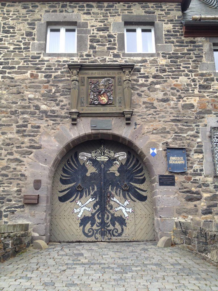 Tor zum Schloss in Friedeberg. Der Druidensteig führt durch das Städtchen und macht Lust, sich in eine antike Welt entführen zu lassen.