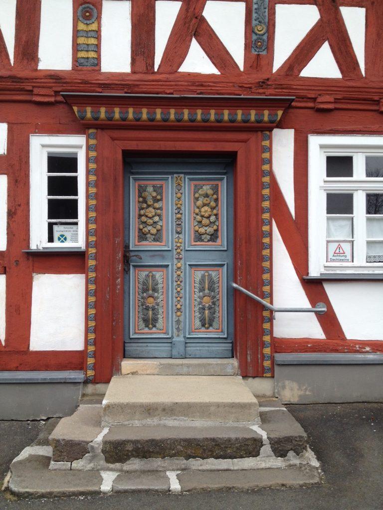 Dessen prächtig verzierte Tür.