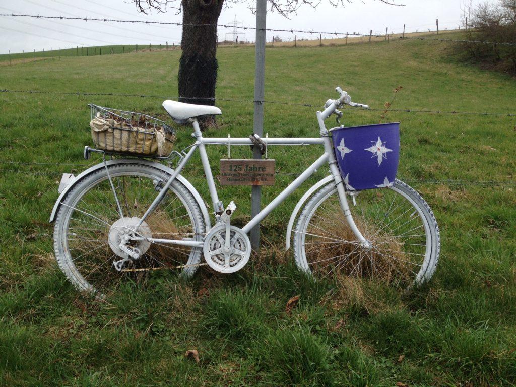 In Hahnstätten gibt es viele alte Fahrräder zur Dekoration. Weiß und blau.