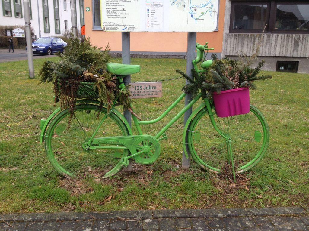 In Hahnstätten gibt es viele alte Fahrräder zur Dekoration. Grün in grün.