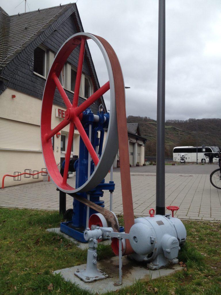Eine alte Pumpe, die von einem Feuerwehrverein restauriert wurde nahe der Loreley.