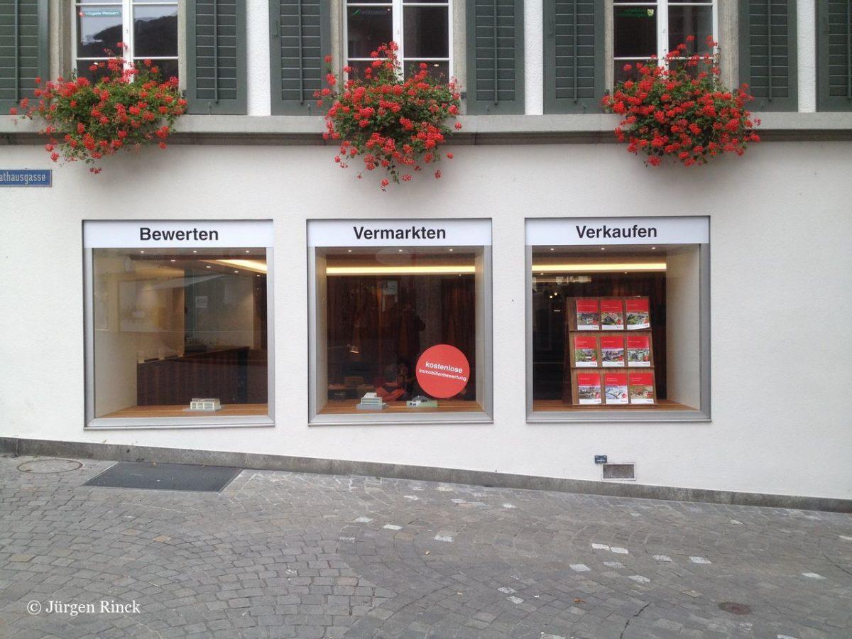 Drei Schaufenster, über denen der Schriftzug Bewerten Verkaufen Vermarkten geschrieben steht.