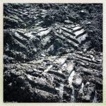 Schwarz-Weiß Traktorspur auf welliger Oberfläche