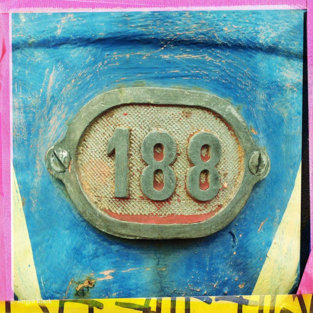 Nummer 188 als Relief auf einem Hydranten. Nahaufnahme