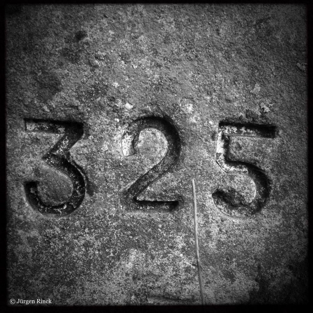 Zahl 325 auf einem Sandstein - Schwaz-Weiß-Aufnahme