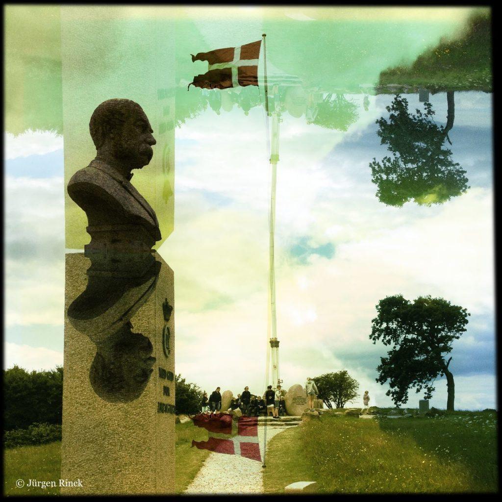 Büste und dänische Flagge, gespiegelt und verfremdet.