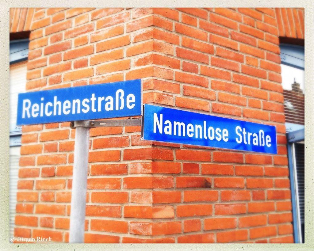 Reichenstraße Ecke Namenlose Straße. Straßenschilder vor Backsteinwand.