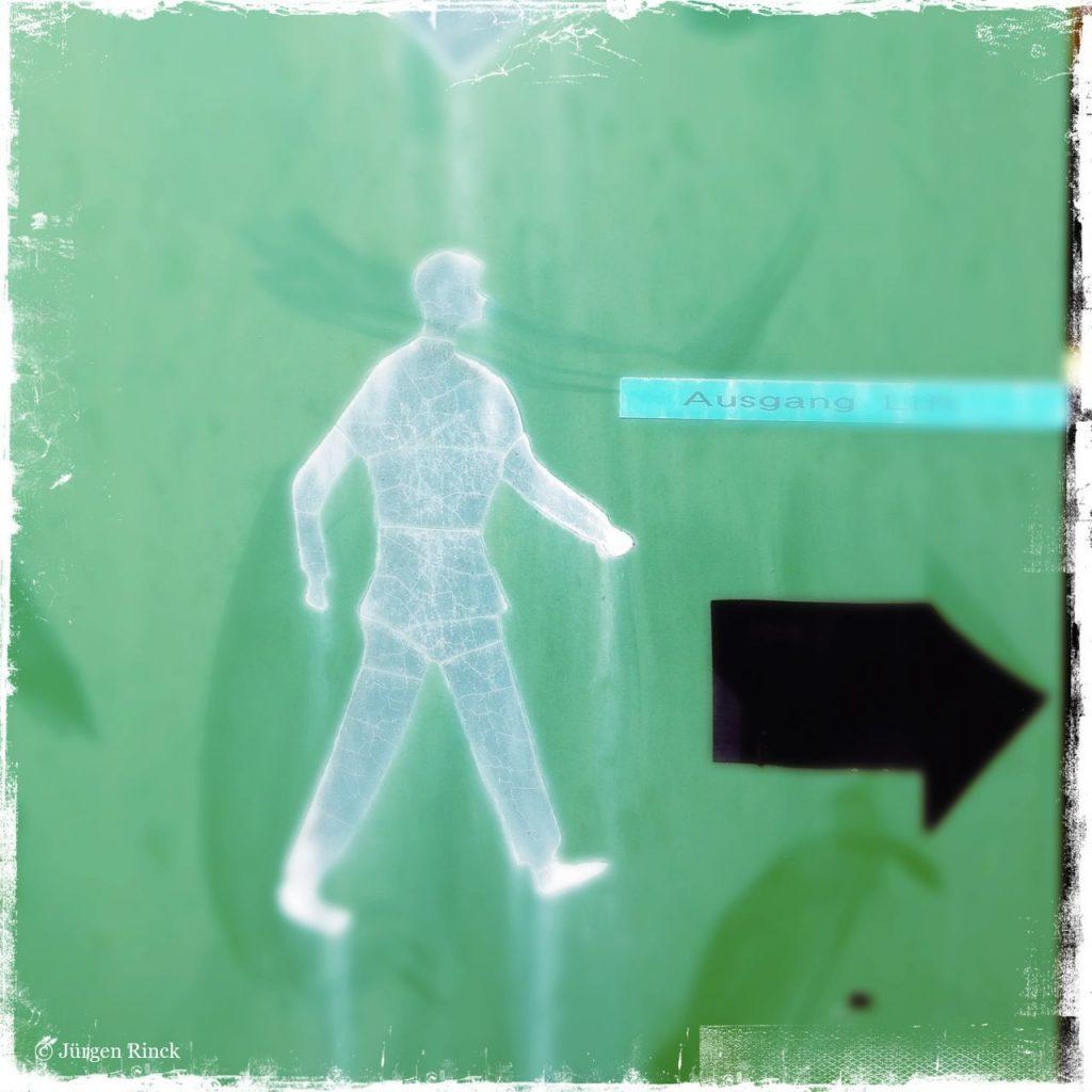 Piktogramm eines Fußgängers neben Pfeil nach rechts.