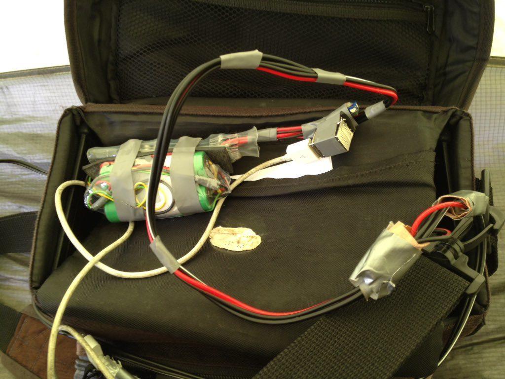 Kabelgewirre mit viel Klebeband und offen sichtbaren elektronischen Bauteilen und grünen Akkus.