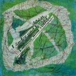 Der Schriftzug Länder und Völker klebt zerschnitten auf grünlich bläulichem Hintergrund, umringt vom Ausschnitt einer Straßenkarte, die einige Flecken freilässt.