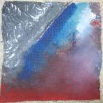 Abstraktes Gemälde blau über rot mit Wolkenstruktur in der linken oberen Ecke