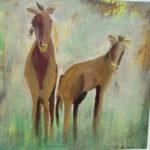 Zweo Pferde vor grüngrauem Hintergrund blicken den Betrachter an.