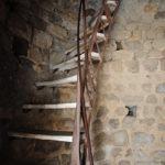 Eine steile, hölzerne Wendeltreppe in einem Turm