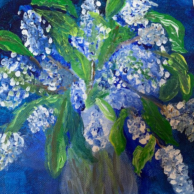 Gemalte Blumenvase mit weißen Blüten und grünem Beiwerk vor blauem Hintergrund.