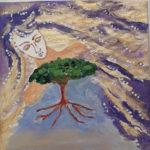 Von oben schaut ein Gesicht auf einen Baum, der mitsamt seinen Wurzeln im Himmel schwebt.