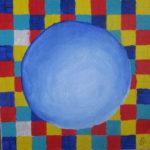Blaue Kugel vor kariertem Muster aus bunten Karos.